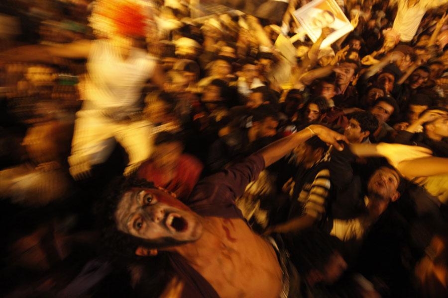 Йеменские участники антиправительственных протестов празднуют уход вотставку президента Али Салеха © Khaled Abdullah/Reuters