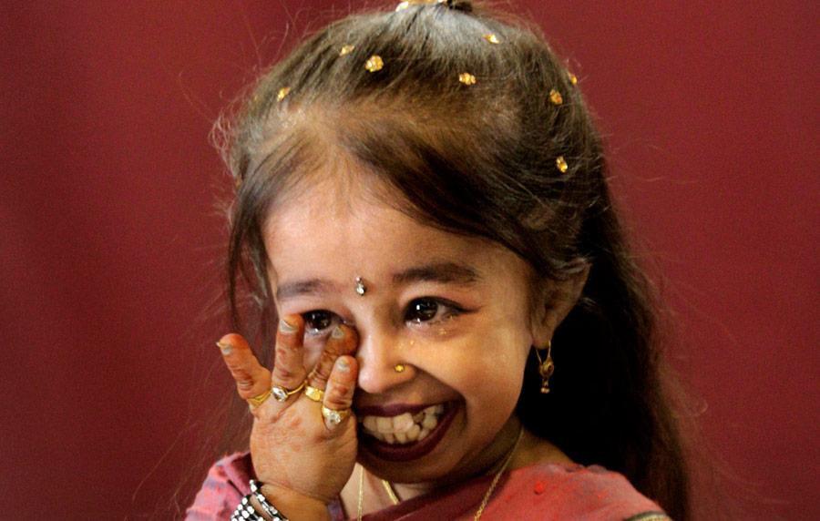 Джиоти Амге расплакалась после официального признания самой маленькой женщиной вмире. © Manish Swarup/AP Photo