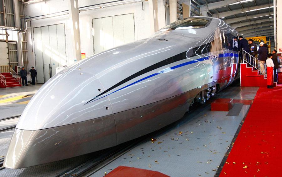 Посетители наборту новой модели суперскоростного локомотива, представленной вЦиндао, Китай. © China Daily/Reuters