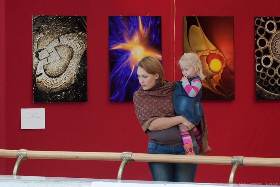 Посетители фотовыставки. Фото: © Павел «PaaLadin» Семёнов |Ridus.ru