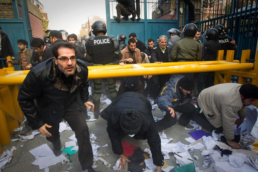 Штурм отделения британского посольства студентами вТегеране. © Reuters