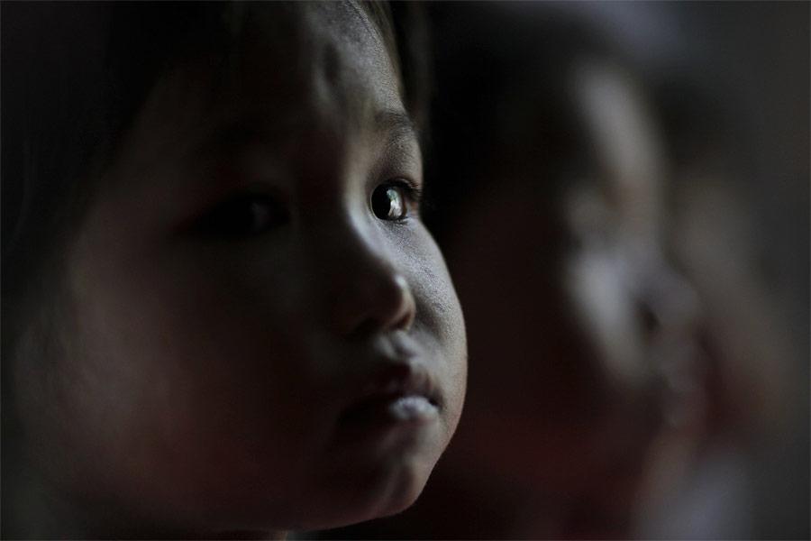Ребенок вбольнице города Хэджу перед обследованием. © Damir Sagolj/Reuters