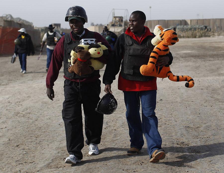 Угандийские охранники бывшей американской военной базы лагерь Калсу вИраке любят игрушки. © SHANNON STAPLETON/Reuters