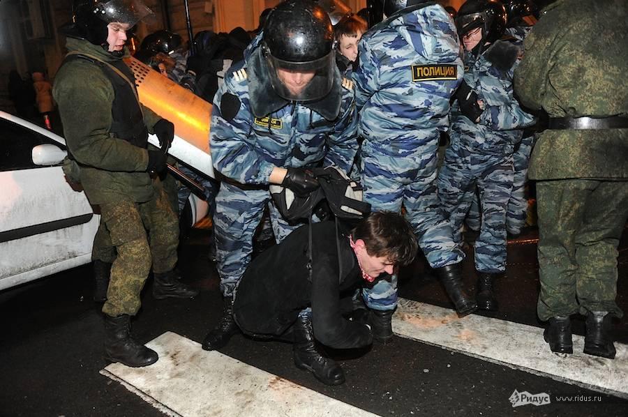 Полиция задерживает манифестантов. © Антон Белицкий/Ridus.ru