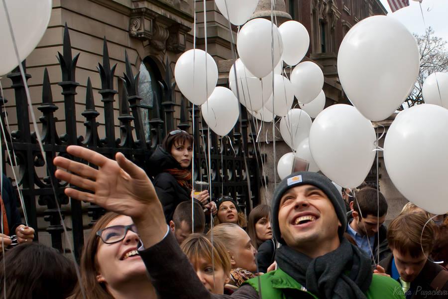 В субботу внебо Нью-Йорка улетела сотня белых шариков