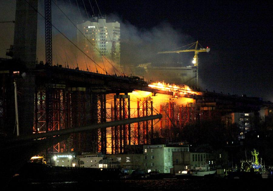 Пожар настроящемся мосту через бухту Золотой Рог воВладивостоке. © Виталий Аньков/РИА Новости