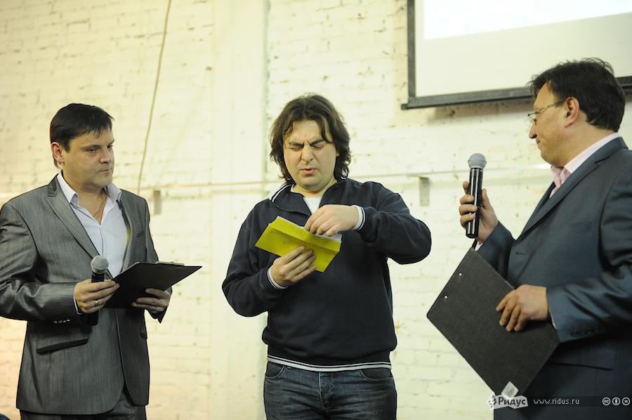 Сергей Мухамедов готовится объявить победителя вочередной номинации. © Антон Белицкий/Ridus.ru