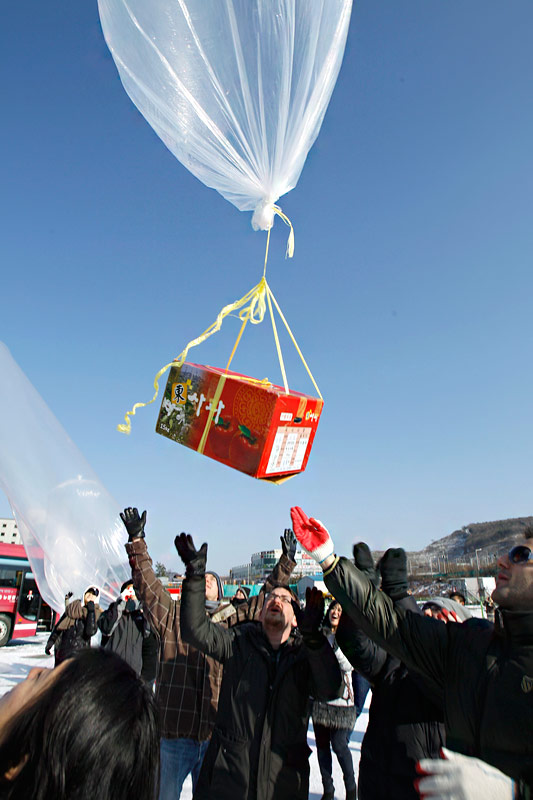 Жители Южной Кореи запускают гигантские воздушные шары степлыми носками ипожеланиями. © Wally Santana/AP Photo
