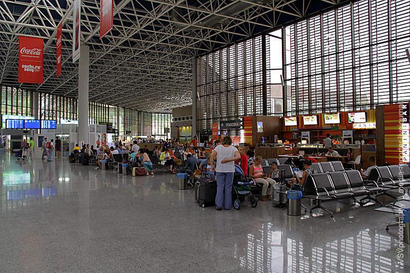 Оригинальная отделка придаёт аэропорту необычный вид. Один иззалов ожидания...