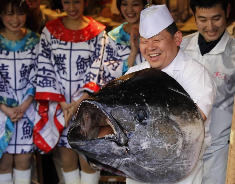 Самый дорогой тунец вмире продан нааукционе нарыбном рынке Токио. © Kim Kyung-Hoon/Reuters