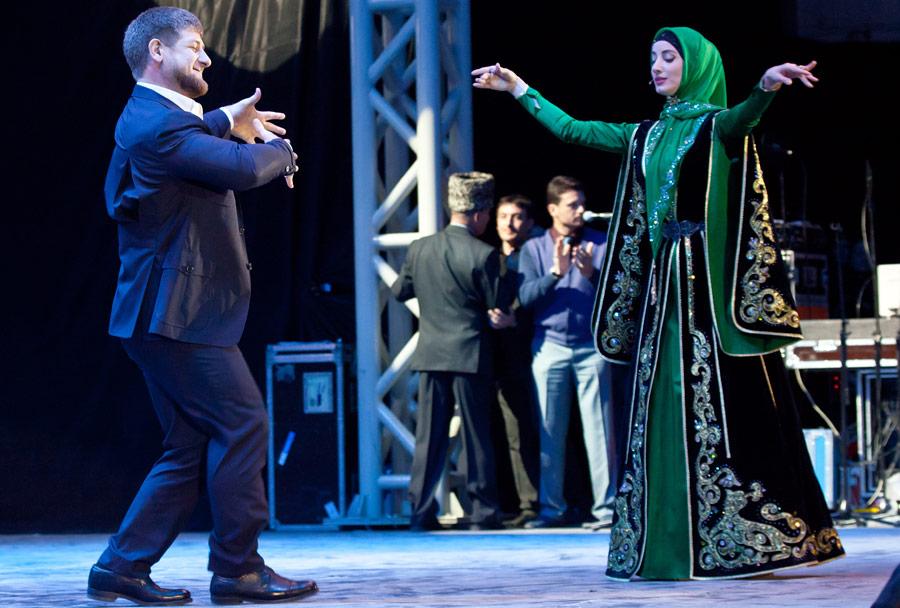Рамзан Кадыров танцует вовремя празднования дня рождения. © Сергей Узаков/ИТАР-ТАСС