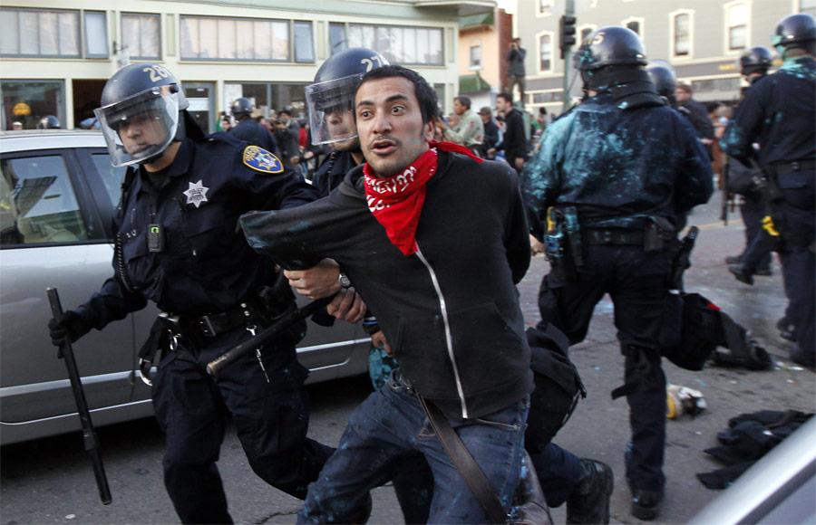 Полиция Окленда задерживает активиста. © Kim White/Reuters