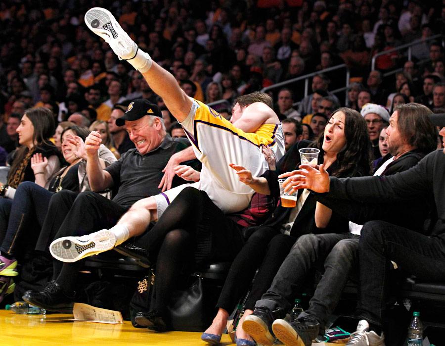 Трой Мерфи излос-анжелеской «Лейкерс», отбивая мяч, попал вкорт сболельщиками вначале игры баскетбольной лиги NBA вЛос-Анжелесе. © Danny Moloshok/Reuters