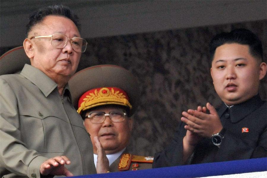 КимЧен Ир (слева) иего сын Ким Чен Ын (справа). © Kyodo/Reuters