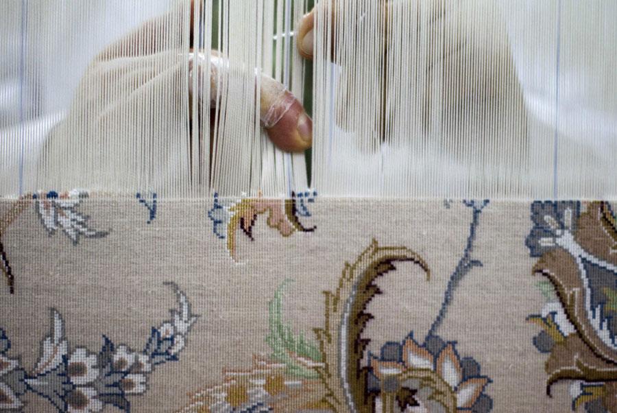 Настоящие персидские ковры вручную ткутся изшелка. © MORTEZA NIKOUBAZL/Reuters