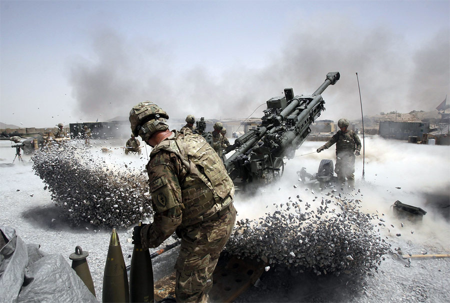 Американские артиллеристы ведут огонь врайоне Панджваи наюге Афганистана. © Baz Ratner/Reuters