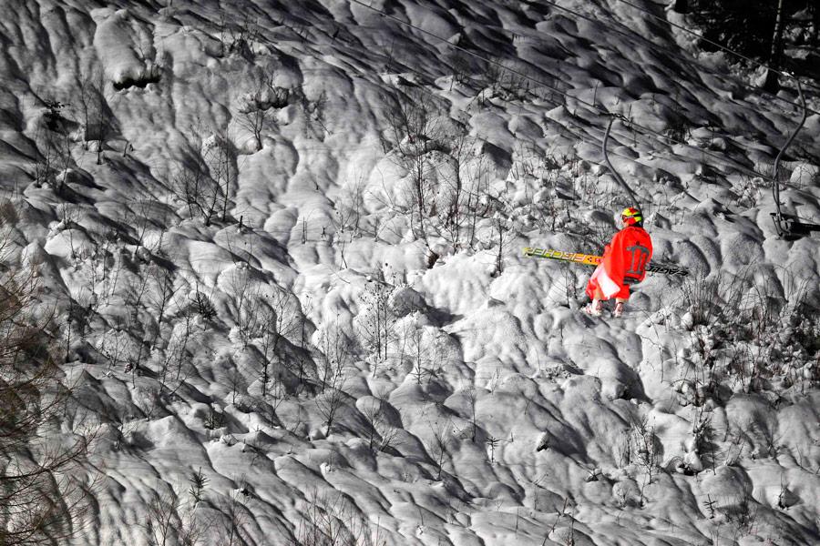 Норвежец Том Хильде поднимается наподъемнике длявторого прыжка страмплина врамках чемпионата Кубка мира внагорнолыжном курорте вГаррахове. © Petr Josek/Reuters