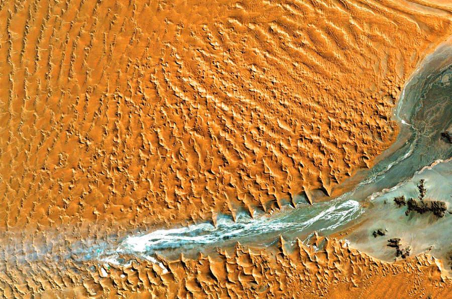 Намиб — прибрежная пустыня в юго-западной Африке. © NASA
