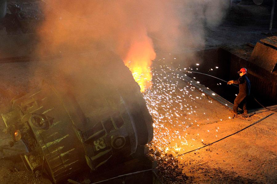 Рабочий накитайском заводе попроизводству стали вХафее. © Reuters