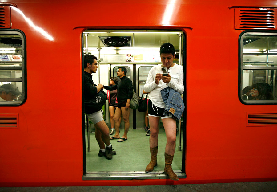 Мировая ежегодная акция The No Pants Subway Ride («Поездка в метро без штанов») в  метро в Мехико. © Marco Ugarte/AP Photo