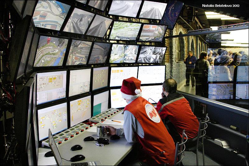Завсем, что происходит намакете наблюдают намногочисленных экранах всамом зале иеще напервом этаже. Отсюда жеосуществляется управление многочисленными поездами, снующими помакету взад-вперед. © ta_samaya