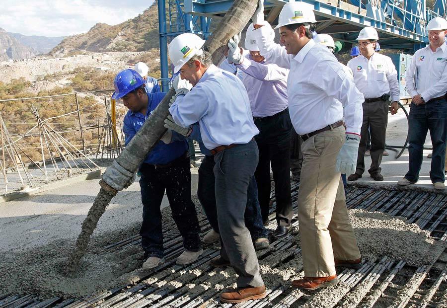 Президент Мексики Фелипе Кальдерон заливает бетон назавершающем этапе строительства моста. © Stringer/REUTERS