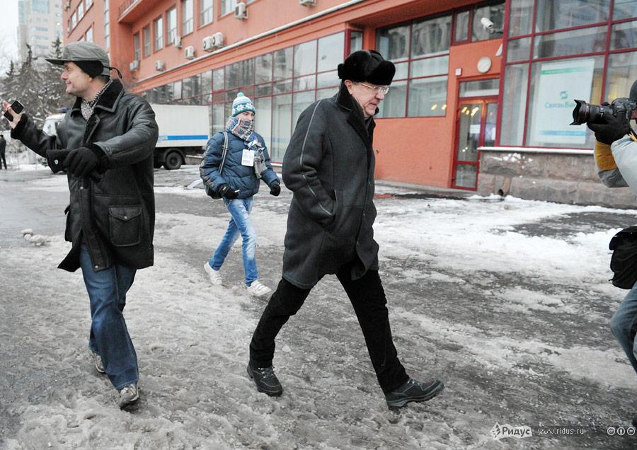 Алексей Кудрин покидает митинг. © Антон Тушин/Ridus.ru