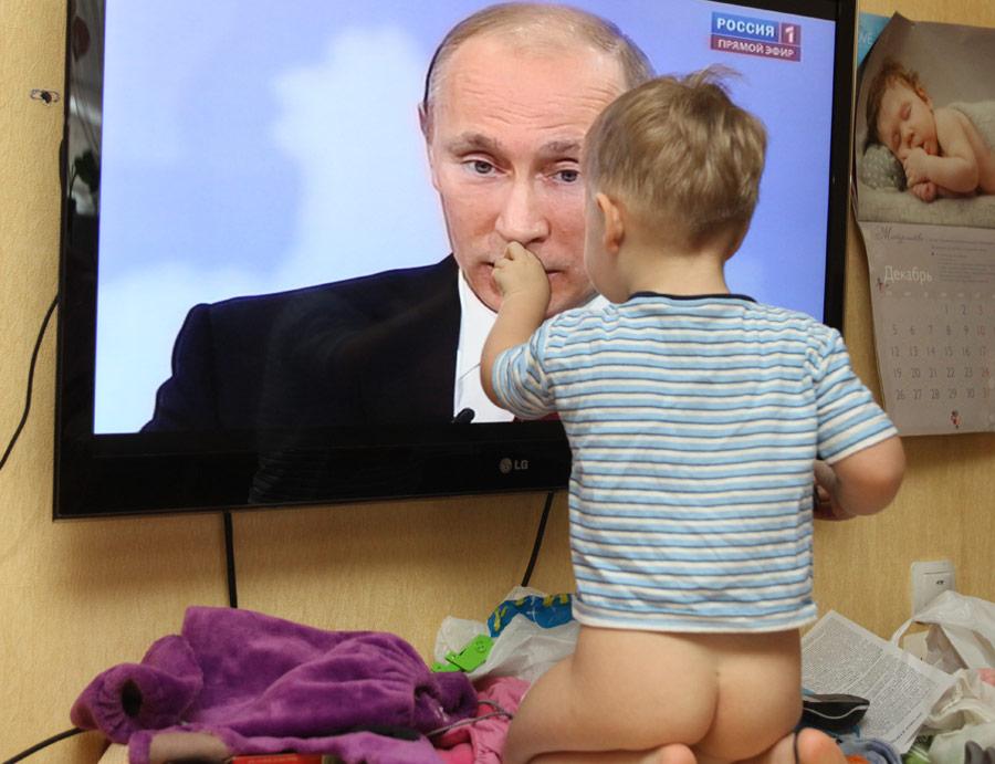 Ребенок вовремя трансляции телепрограммы «Разговор сВладимиром Путиным». © Александр Рюмин/ИТАР-ТАСС