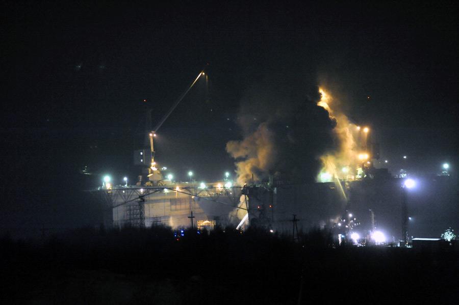 Пожар насудоремонтном заводе вРосляково. © Лев Федосеев/ИТАР-ТАСС
