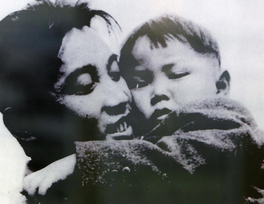КимИрСен держит наруках Ким Чен Ира. Апрель 1946. © Handout/Files/Reuters