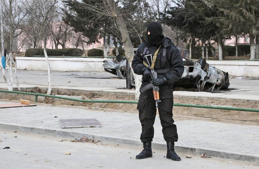 Сотрудник полиции наодной изулиц Жанаозена. © Анатолий Устиненко/РИА Новости