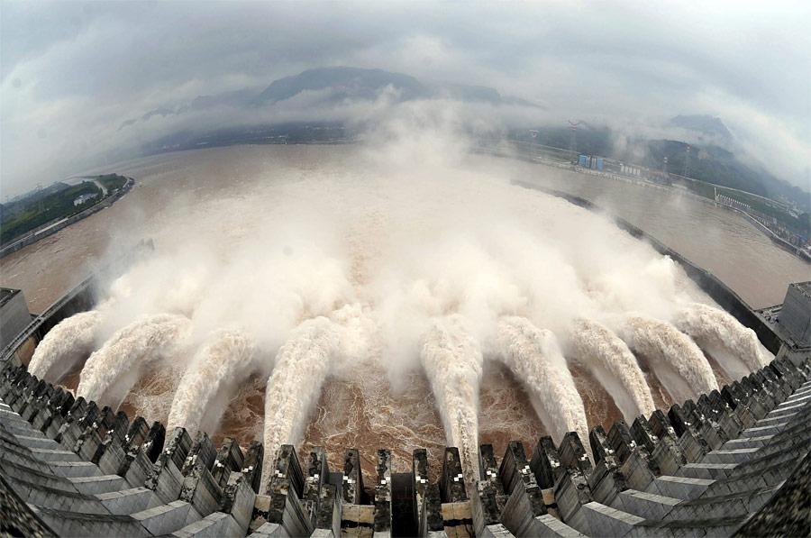 Сброс воды наГЭС «Три ущелья» нареке Янцзы вКитае. © Reuters/Stringer