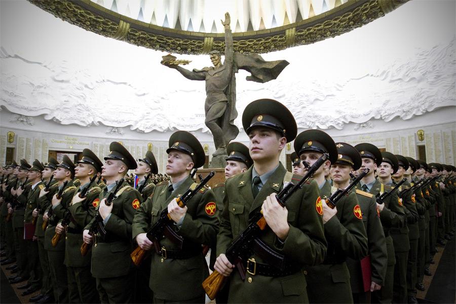 Новобранцы 154-го отдельного комендантского полка принимают присягу в Москве