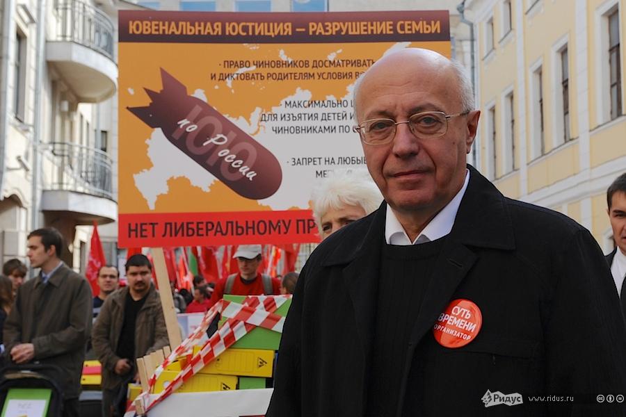 С.Е. Кургинян ведет колонну демонстрантов Суть Времени