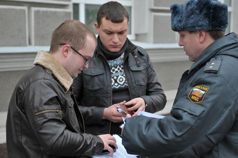 Полицейские проверяют документы уучастников акции.