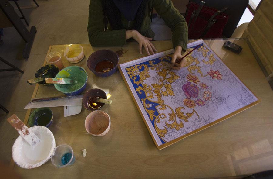 Студент Исфаханской академии искусств создает новый рисунок дляковра. © MORTEZA NIKOUBAZL/Reuters