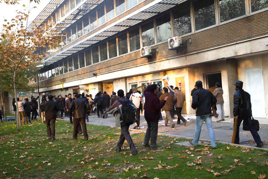 Демонстранты уздания посольства Великобритании вТегеране. © Reuters