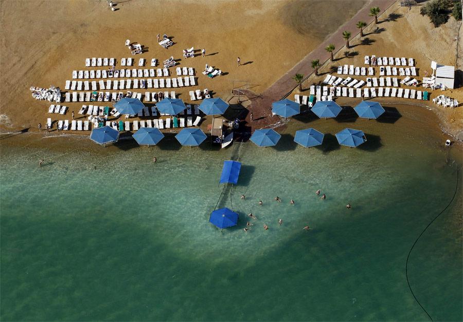 Отдыхающие наМертвом море. © Baz Ratner/Reuters