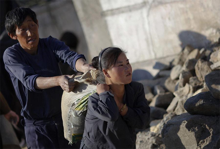 Северокорейские студенты идобровольцы вовремя починки трубопровода вХэджу. © Damir Sagolj/Reuters