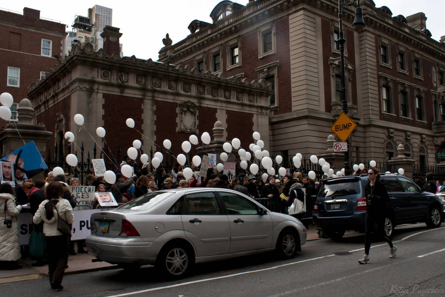 Митингующие напротив консульства РФ