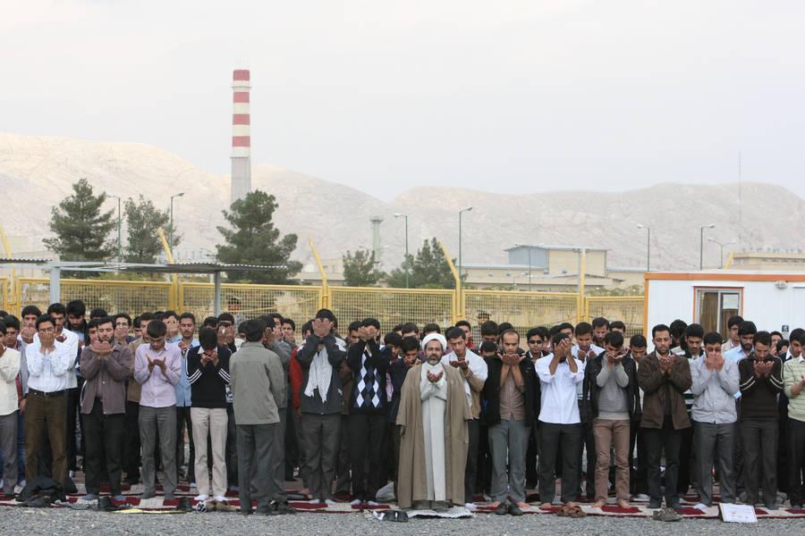 Иранские студенты молятся перед зданием завода пообогащению урана. © Vahid Salemi/AP