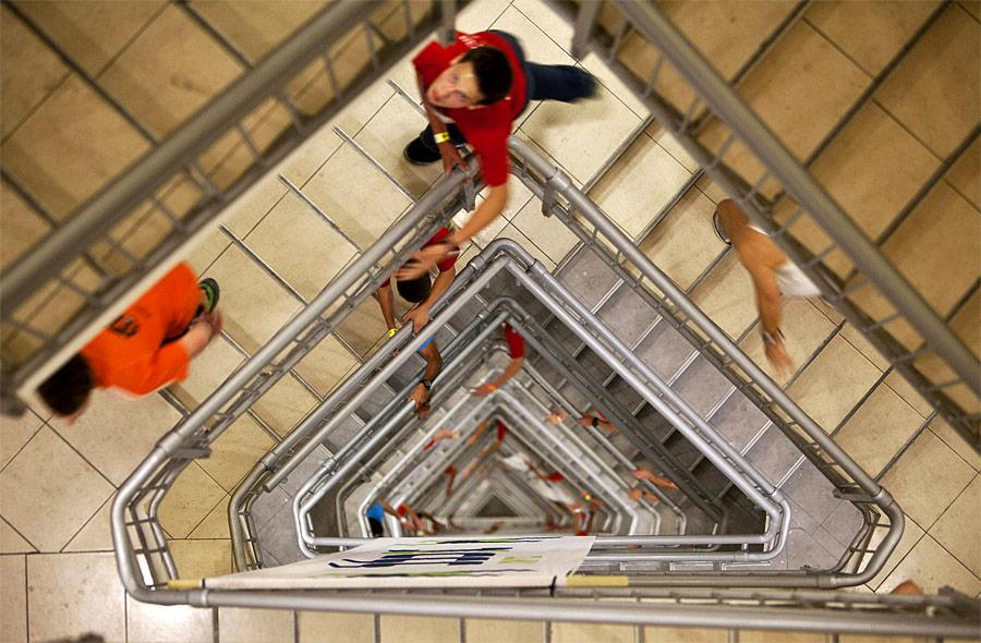 Вовремя ежегодной «Гонки полестнице» спортсмены должны преодолеть 1144 ступеньки в51-этажном здании Azrieli Tower вТель-Авиве. © Nir Elias/Reuters