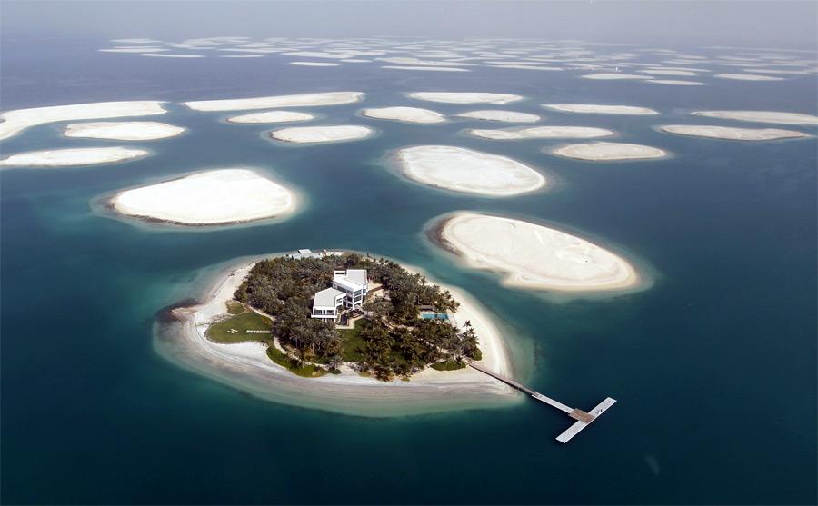 Готовый кзаселению остров искусственного архипелага The World убереговой линии Дубая. © Jumana ElHeloueh/Reuters