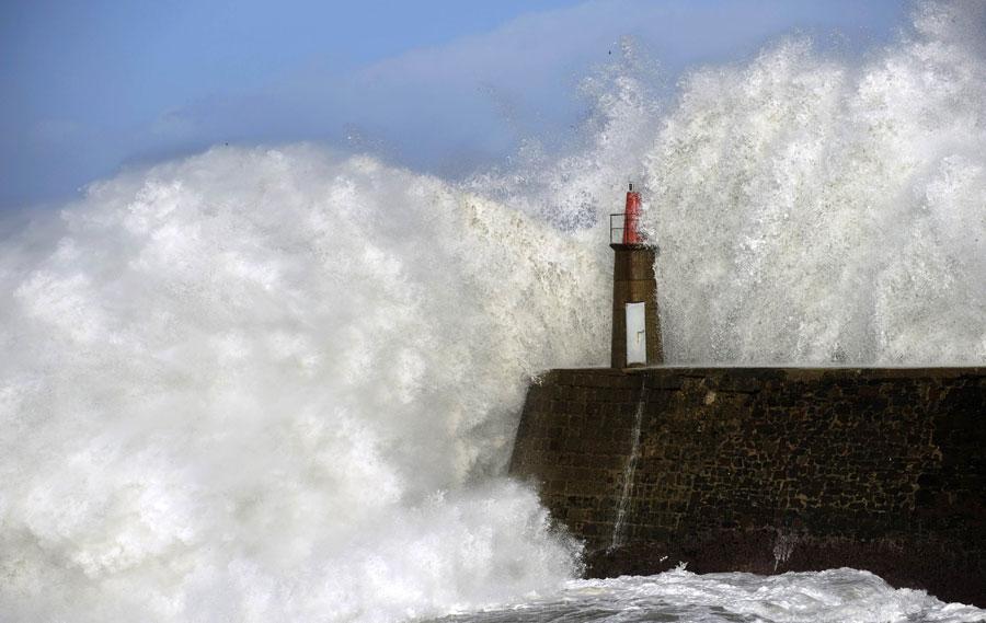 Гигантские волны почти полностью захлестывают маяк виспанской деревне Виавелез. © ELOY ALONSO/Reuters