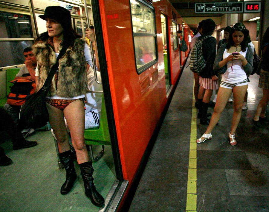 Мировая ежегодная акция The No Pants Subway Ride («Поездка в метро без штанов») в  метро в Мехико. © Bernardo Montoya/Reuters