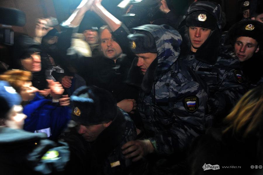 Сергея Удальцова выводят изздания суда. © Василий Максимов/Ridus.ru