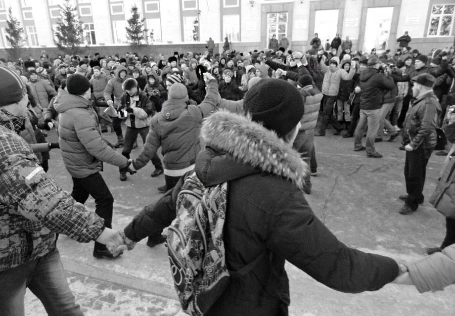 Из-за холода намитинге вБарнауле люди стали водить хоровод, скандируя «честным выборам— да!». © wight-cube.livejournal.com