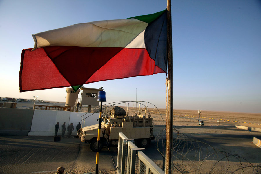 Последняя машина изИрака въезжает натерриторию военной базы вКувейте. © Maya Alleruzzo/AP Photo