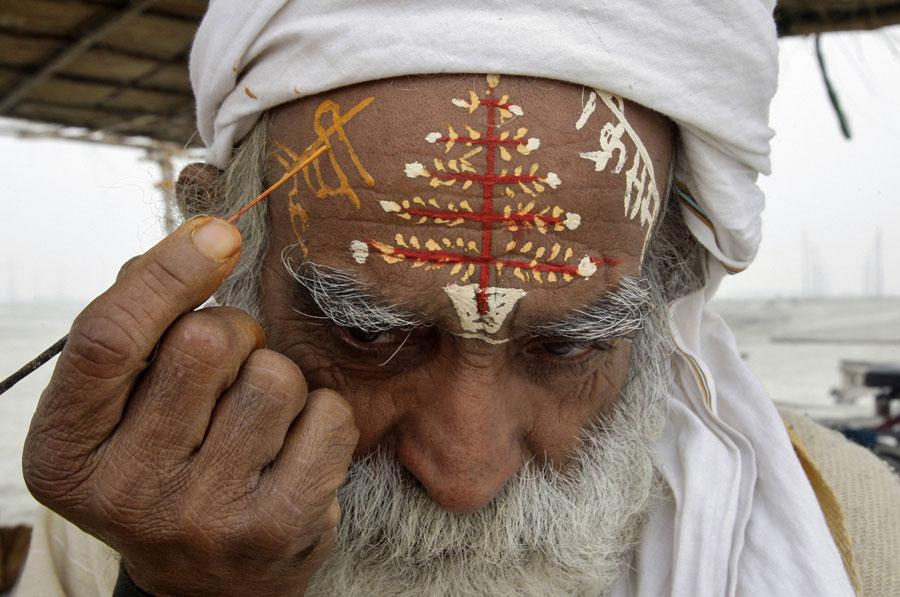 Житель индийского города Аллахабад пишет усебя налбу новогодние поздравления. © JITENDRA PRAKASH/Reuters