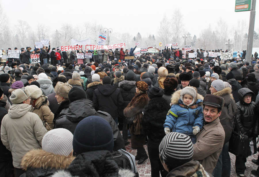 Участники акции протеста против фальсификации выборов наНовособорной площади вТомске. © Яков Андреев/РИА Новости